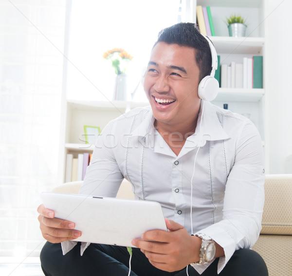 ázsiai férfi hallgat zene fejhallgató ül Stock fotó © szefei