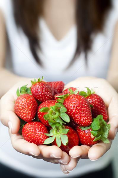 Fragole molti fresche mano ragazza salute Foto d'archivio © szefei