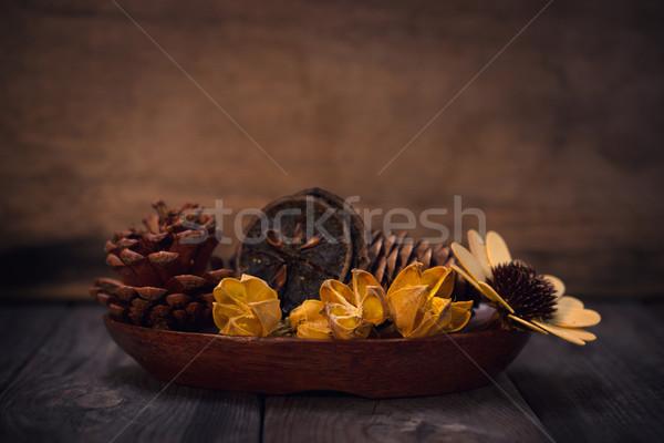 Aromaterapia secas flores tigela baixo Foto stock © szefei