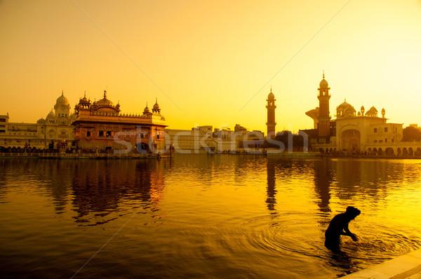 Gouden tempel zonsondergang hemel water gebouw Stockfoto © szefei