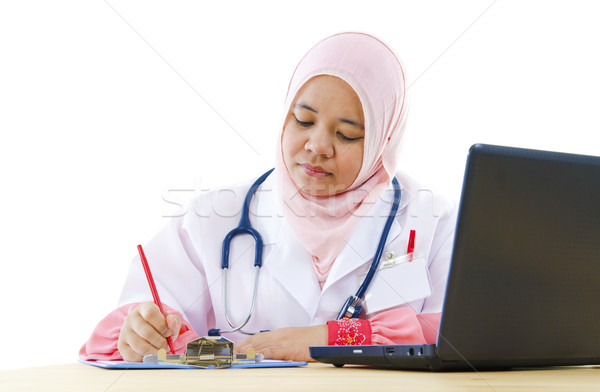 Moslim vrouwelijke arts schrijven verslag werken Stockfoto © szefei