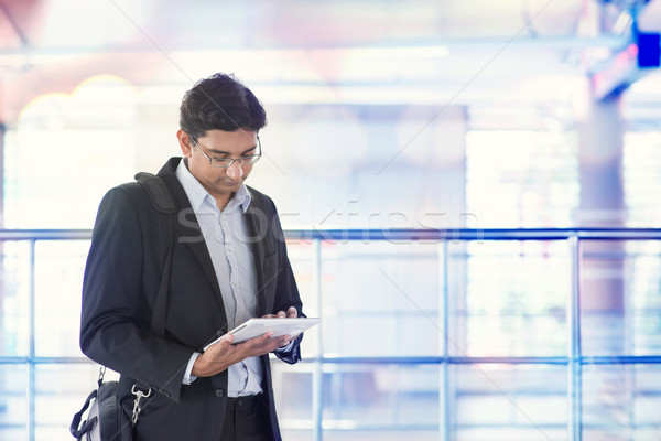 Férfi táblagép vasútállomás indiai üzletember vár Stock fotó © szefei