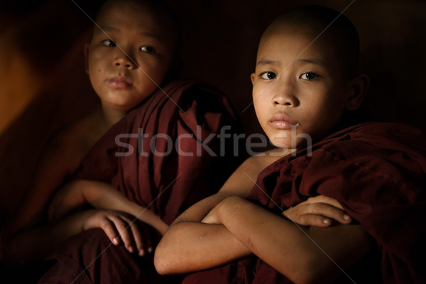Kezdő szerzetes fiatal buddhista bent templom Stock fotó © szefei