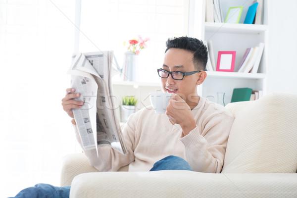 Asian drinken koffie lezing krant zuidoosten Stockfoto © szefei