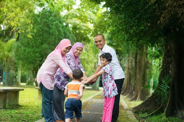 ázsiai család szabadtér életstílus boldog család játszik Stock fotó © szefei