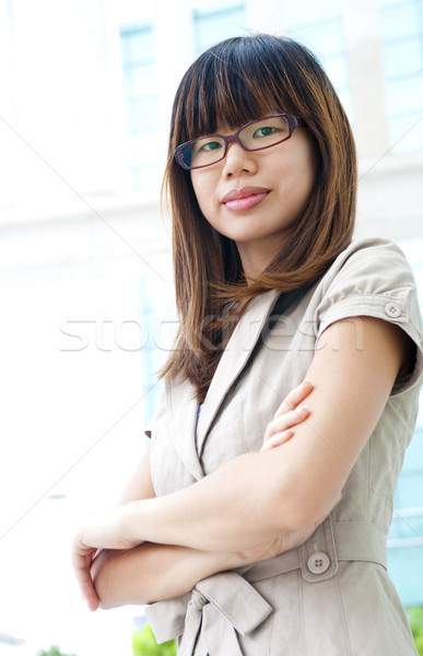 Felnőtt diák fiatal nők keresztbe tett kar áll elöl Stock fotó © szefei
