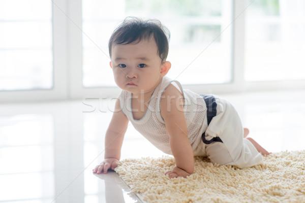 Egészséges baba fiú kúszás szőnyeg kínai Stock fotó © szefei