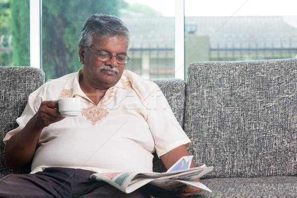 Indiai idős felnőtt iszik kávé olvas Stock fotó © szefei