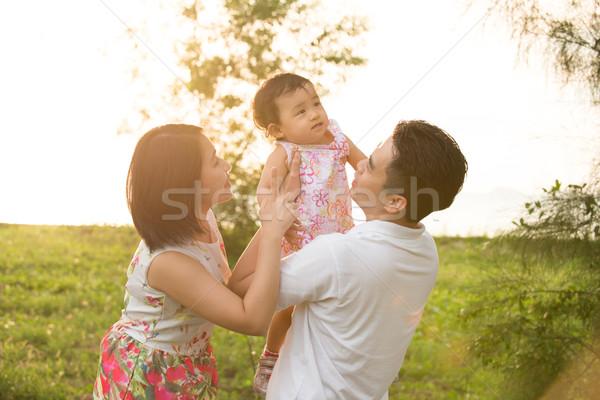 Asia familia jugando parque retrato alegre Foto stock © szefei