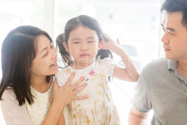 Pais reconfortante choro criança casa asiático Foto stock © szefei