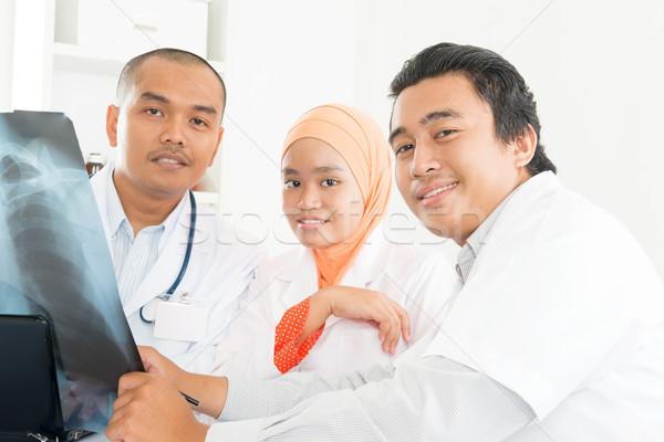 ázsiai orvosok megbeszél röntgen kép orvosi Stock fotó © szefei