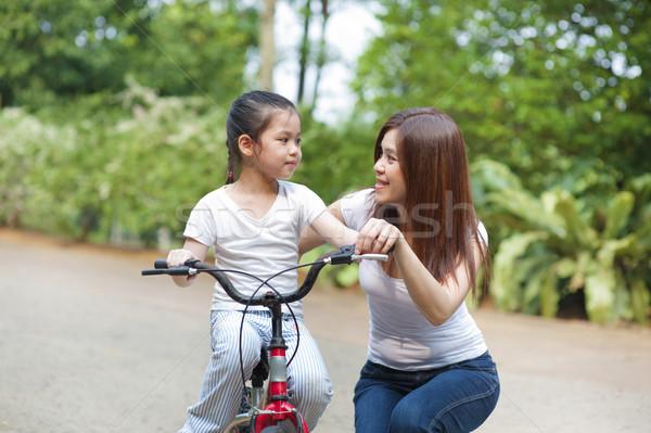 Bicicleta asiático mãe ensino little girl Foto stock © szefei