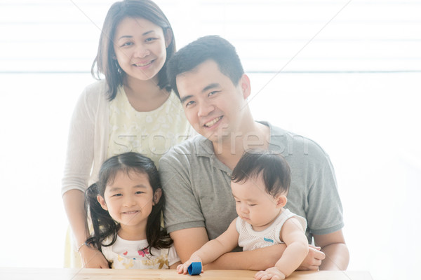 Gyönyörű ázsiai családi portré vonzó szülők gyerekek Stock fotó © szefei