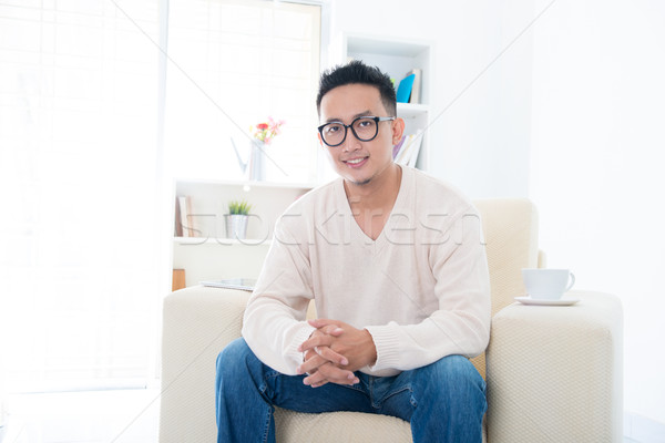 Sudeste asiático masculino sessão sofá casa Foto stock © szefei