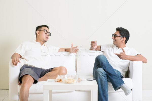 Stok fotoğraf: Erkekler · konuşmak · iki · genç · erkek · arkadaş