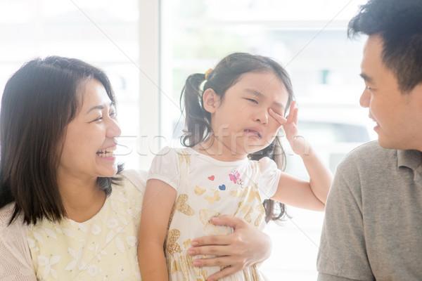 родителей утешительный плачу дочь отец матери Сток-фото © szefei