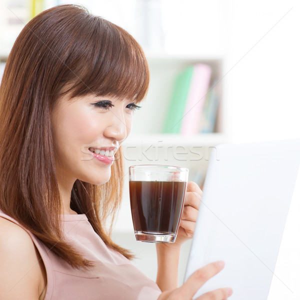 Foto stock: Asiático · menina · potável · café · comprimido · retrato