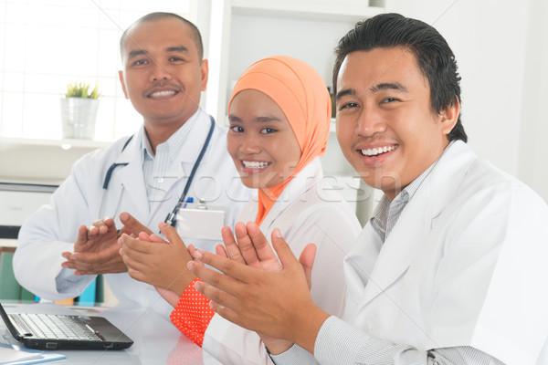 Orvosi orvosok tapsol kezek megbeszélés asztal Stock fotó © szefei