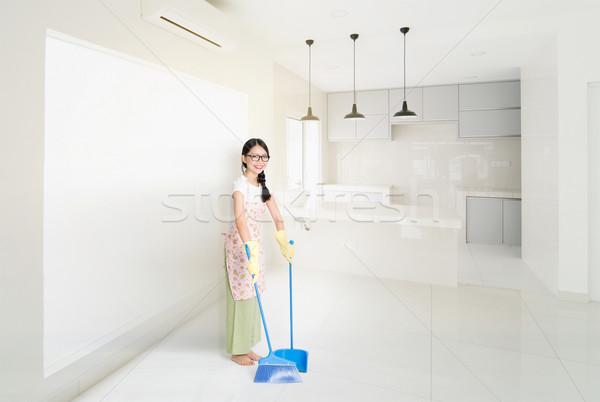 женщину очистки дома метлой молодые азиатских Сток-фото © szefei
