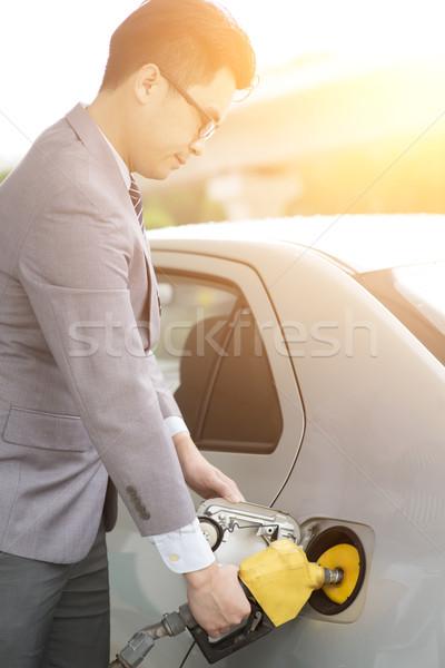 Férfi benzin megtankol ázsiai üzletember kéz Stock fotó © szefei