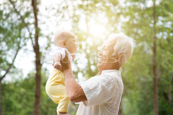 Büyükbaba veya büyükanne oynama torun bebek torun dede Stok fotoğraf © szefei