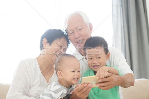 Dziadkowie wnuki smart telefony portret Zdjęcia stock © szefei