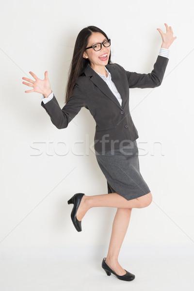 Egészalakos éljenez ázsiai üzletasszony izgatott áll Stock fotó © szefei