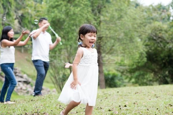 азиатских семьи мыльные пузыри родителей детей Сток-фото © szefei