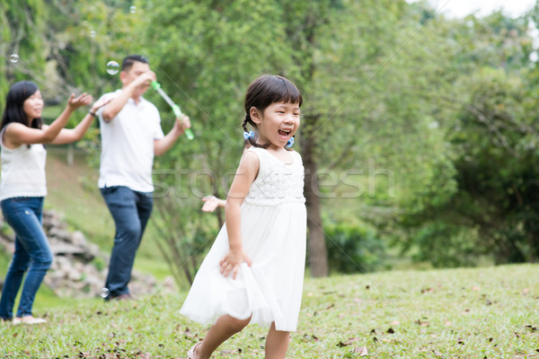 Asian familie zeepbellen ouders kinderen Stockfoto © szefei