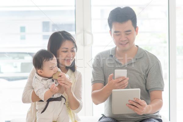 Chińczyk rodziny qr code człowiek asian Zdjęcia stock © szefei