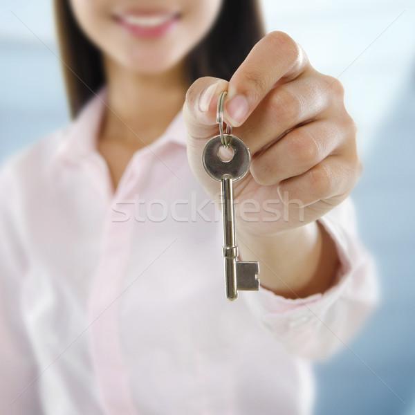 Eigendom agent sleutel business vrouw Stockfoto © szefei