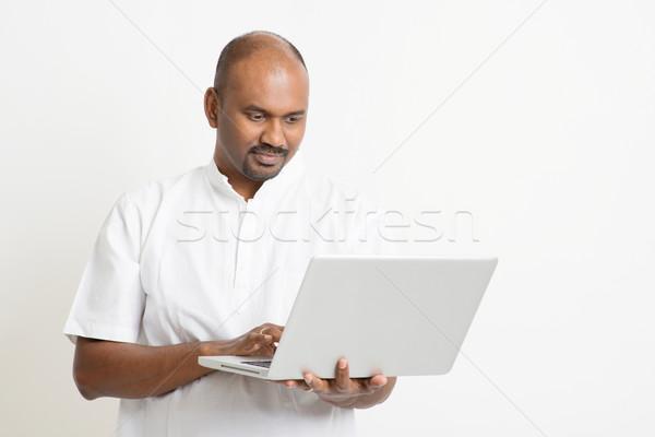 érett indiai férfi laptopot használ portré lezser Stock fotó © szefei