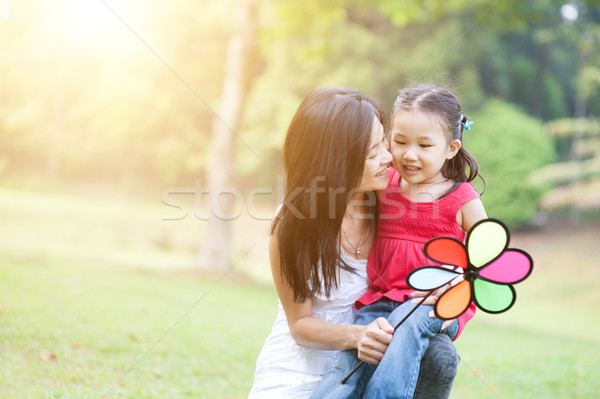 Asia madre hija jugando molino de viento parque Foto stock © szefei