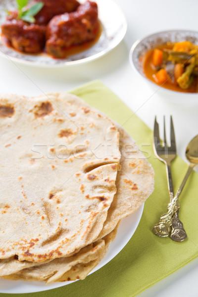 Indiai étel kenyér curry tyúk étkezőasztal étel Stock fotó © szefei