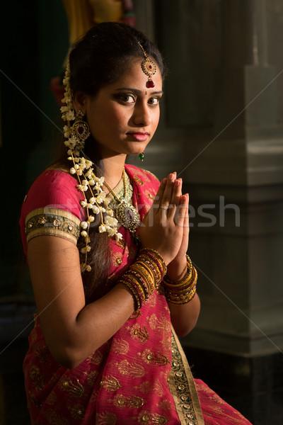 Indian vrouwelijke bidden jonge traditioneel jurk Stockfoto © szefei