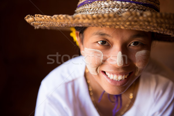 Mosolyog Myanmar lány hagyományos szalmakalap nő Stock fotó © szefei
