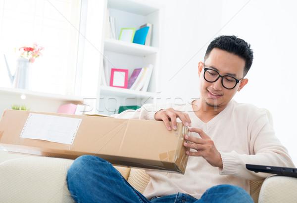 Expressz csomag délkelet ázsiai férfi nyitva Stock fotó © szefei