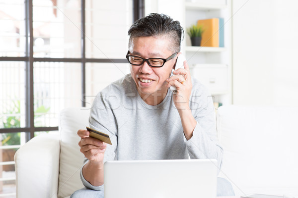 Homem maduro ordem telefone sorridente asiático Foto stock © szefei