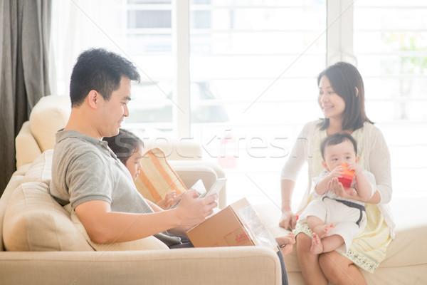 Chińczyk ludzi qr code człowiek szczęśliwy Zdjęcia stock © szefei