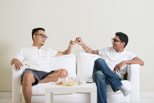 Hand belofte vrienden vergadering sofa home Stockfoto © szefei