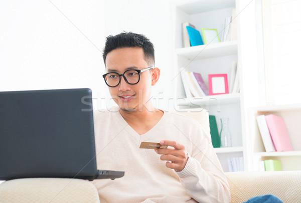 Délkelet ázsiai férfi online vásárlás tart hitelkártya Stock fotó © szefei