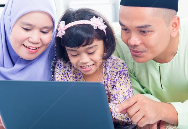Foto d'archivio: Asian · famiglia · internet · sud-est · home · muslim