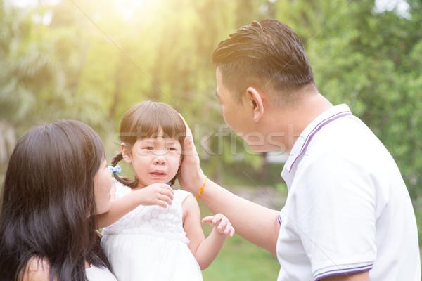 родителей комфорт плачу дочь улице Открытый Сток-фото © szefei