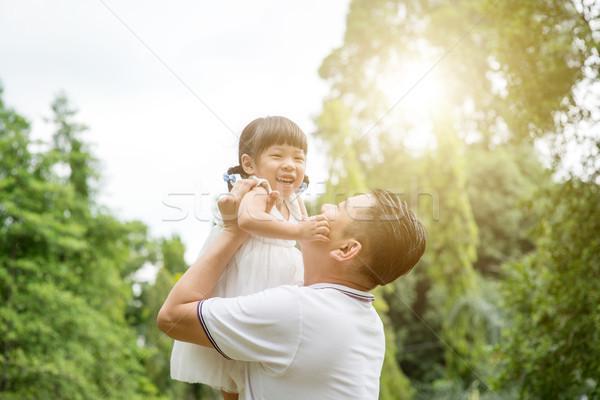 Boldog apa lánygyermek kötődés kint ázsiai Stock fotó © szefei