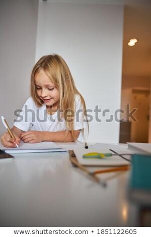 Foto stock: Loiro · criança · menina · retrato · branco · secretária