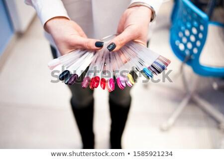 Mujer hermosa esmalte de uñas blanco mano cara Foto stock © chesterf