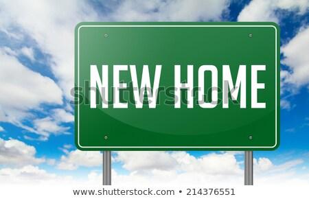 Nowy dom zielone autostrady kierunkowskaz domu drogowego Zdjęcia stock © tashatuvango