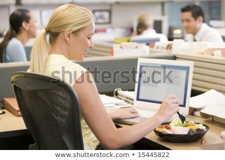 Zakenvrouw eten sushi glimlachend kantoor Stockfoto © monkey_business