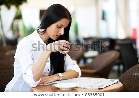 Samotny brunetka kawiarnia ciemne portret Zdjęcia stock © lithian
