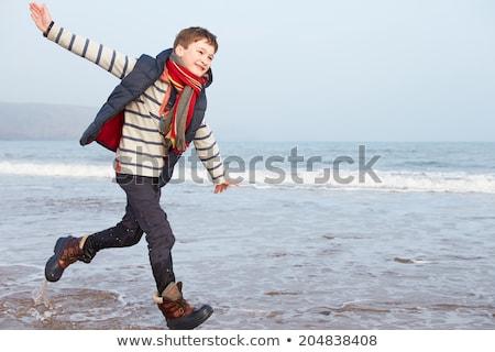 lopen · buitenshuis · glimlachend · gras · veld - stockfoto © meinzahn